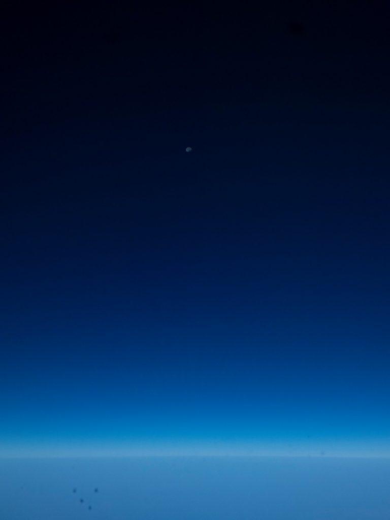 poza cu luna din avion